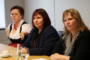 """Die Sozialpolitikerin Ruth Waldmann (rechts) bei der SPD-Pressekonferenz mit Hedi Menge, Vorsitzende des Vereins Assistenzhundewelt und Sibylle Brandt, Vorsitzende der SPD-Arbeitsgemeinschaft """"Selbst Aktiv"""" (von links)"""